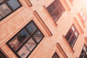 Fönster och fasad från hus på södermalm i stockholm