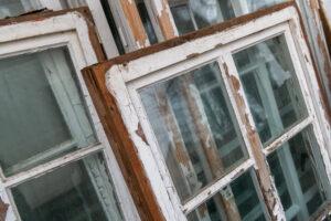 Slitna fönsterkarmar i trä